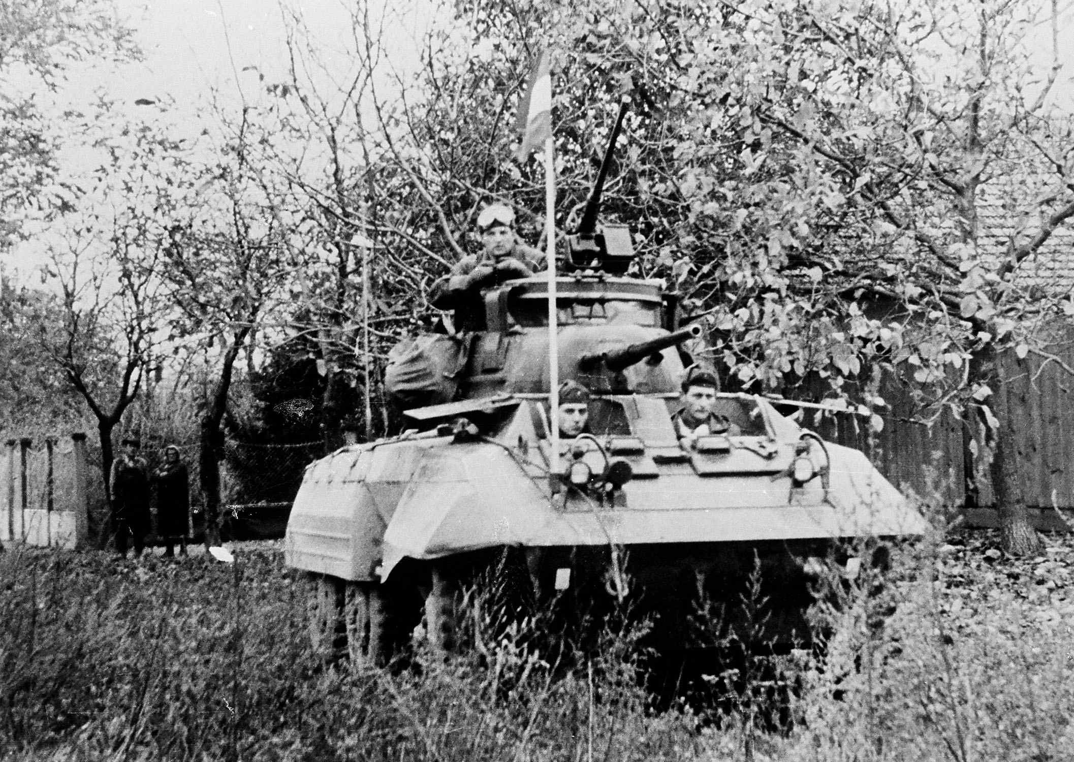 D:\Archiv Nemeth\Fzg-Gerät-Ausrüstung\Fahrzeuge\Mehrspurige Kfz\BH Fahrzeuge\M8\Ungarn 1956\mit Fahne.jpg